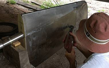 Scratching the rudder blade with a stainless steel wire wheel