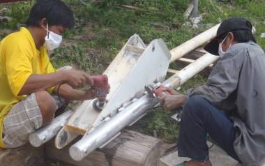 Kao & Kak grinding the paint off our newly welded anchor support